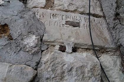В Крыму нашли построенное из могильных плит здание