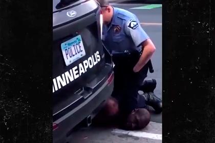 Заснявшую жесткий арест чернокожего мужчины девушку затравили в сети