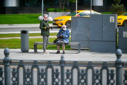 Российских пенсионеров призвали начать выходить на прогулки