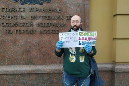 Журналиста Илью Азара арестовали на 15 суток за одиночный пикет у здания МВД
