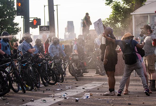 Распыление газа в сторону протестующих в Миннеаполисе