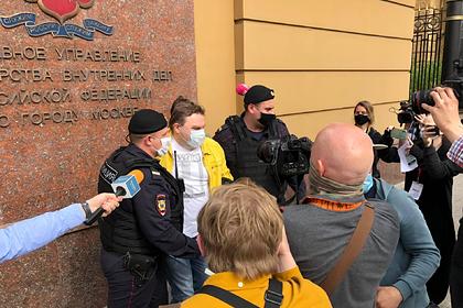 Вышедших поддержать арестованного за одиночный пикет журналиста задержали