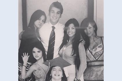 Внешность юных сестер Кардашьян на старом фото озадачила фанатов