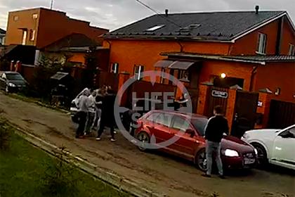 Полицейского отхлестали по лицу во время проводов призывника в российскую армию