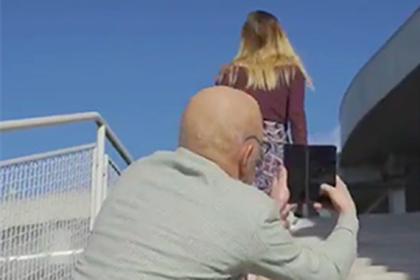Реклама с заглядывающим под юбку девушки пенсионером возмутила соцсети