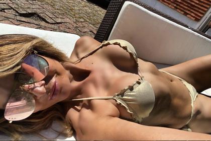 Популярная 52-летняя телеведущая поделилась фото в бикини на карантине