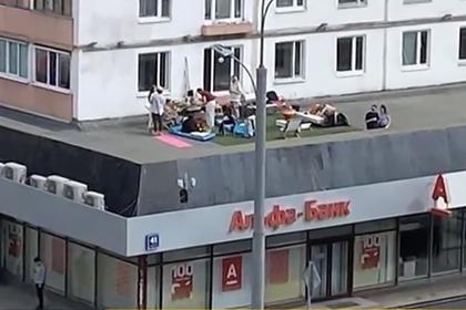 Загоравших на крыше банка россиян оштрафовали за нарушение самоизоляции
