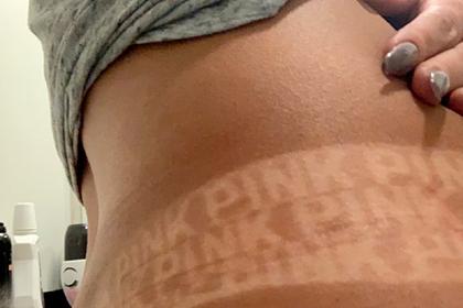 Женщина нанесла автозагар и обнаружила неожиданную надпись на животе