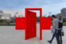 Красный крест — понятно, символ врачей и службы скорой помощи. Естественный вопрос — почему в кресте дверь? По задумке автора, она символизирует предстоящий (и долгожданный) выход из режима самоизоляции. Идея слегка мудреная, но имеющая право на существование.