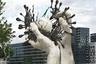 Этот проект, напоминающий памятник «Руки мира» в Хабаровске, автор назвал просто — «Освобождение мира от коронавируса». Руки доктора как будто разрывают коварный SARS-CoV-2, спасая человечество от вымирания.<br><br>«Руки — это собирательный образ всех врачей, которые днем и ночью, не жалея себя, своих собственных сил и здоровья, сражаются с вирусом, — пояснил автор. — Превозмогая усталость и порой ценой собственной жизни они вырывают из цепей коварного вируса здоровье и жизнь каждого пациента. В этих руках жизнь каждого из нас, все наши жизни. В них наше спокойствие и доверие».