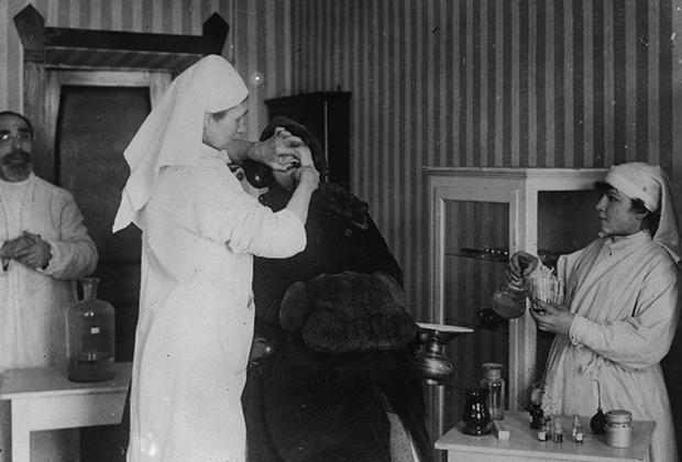 Студенты зубоврачебной школы с пациентом, 1922 год