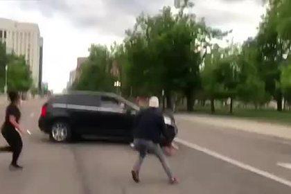 На бунтующего из-за смерти чернокожего наехал автомобилист и попал на видео