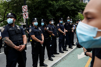 В бунтующем из-за смерти чернокожего городе США ввели комендантский час