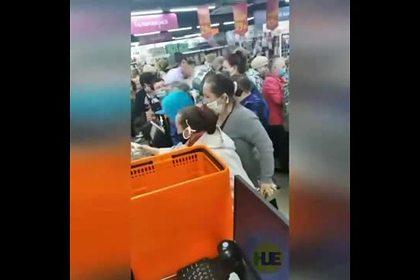 Россияне устроили давку из-за дешевых кастрюль и попали на видео