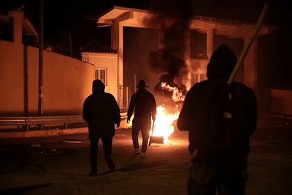 Протестующие из-за смерти чернокожего подожгли здание банка