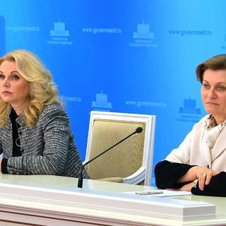 Анна Попова (справа)