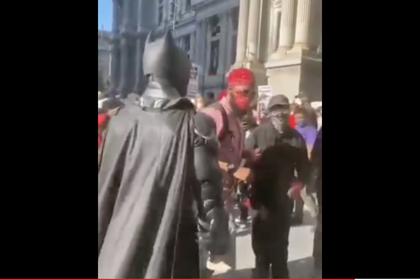 На беспорядках в Филадельфии заметили «Бэтмена»