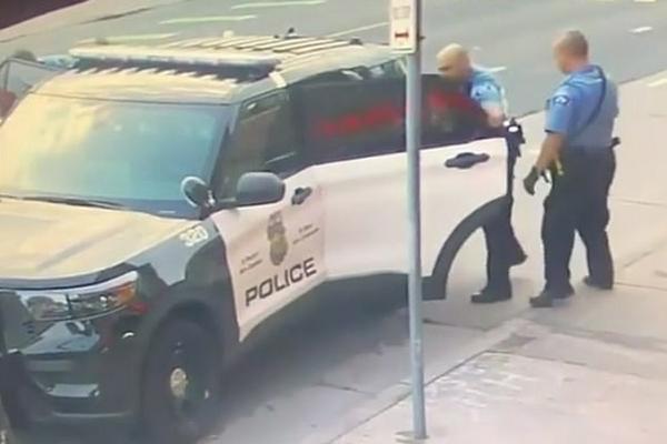 Опубликованы кадры драки погибшего чернокожего с полицейскими в машине