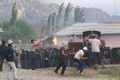 На границе Киргизии и Узбекистана жители сел забросали друг друга камнями