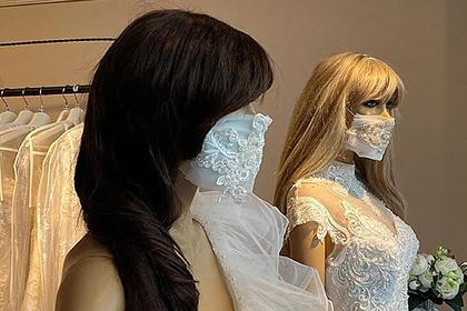 Защитные маски в тон свадебным платьям стали популярны среди невест