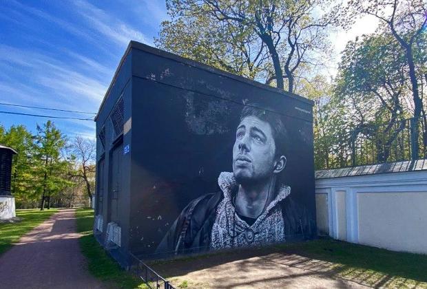 Граффити с портретом актера Сергея Бодрова стрит-арт команды HoodGraff Team