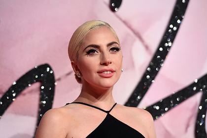 Леди Гага прошлась по улице в бюстгальтере и удивила фанатов лишним весом