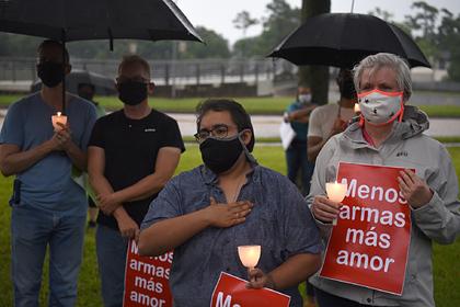 Белые американцы встали на колени и извинились за годы расизма