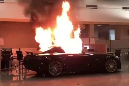 Вандалы вломились в люксовый автосалон, подожгли машины и попали на видео