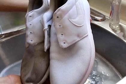 Показан легкий способ вернуть чистоту белым кроссовкам к лету