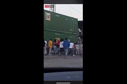 В США толпа разграбила поезд на ходу