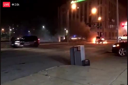 Протестующие в США обстреляли полицейских и попали на видео