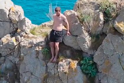Прыжок с 60-метровой скалы в море обернулся для юноши переломом и попал на видео