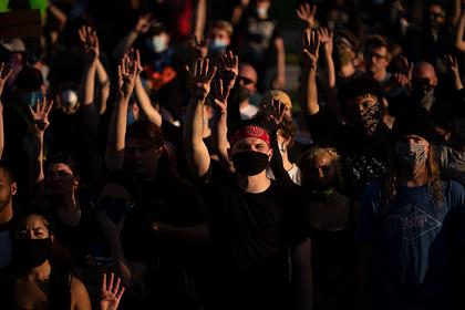 В провокациях на протестах в США заподозрили ультраправых и антифашистов