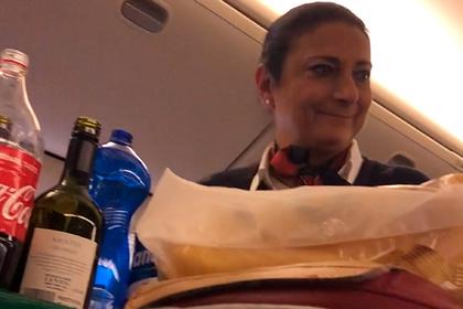 Шутка стюардессы над спящим пассажиром попала на видео