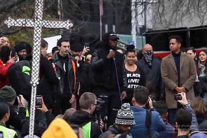 Чернокожий чемпион UFC выступил перед толпой со словами о «страхе белых»