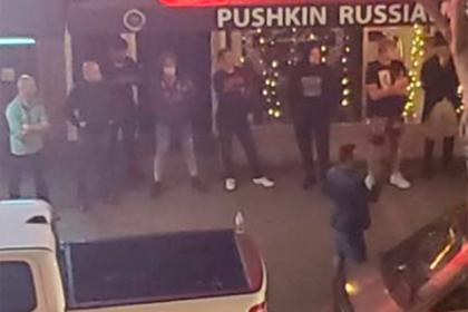 В США люди с оружием отстояли русский ресторан и ликеро-водочный
