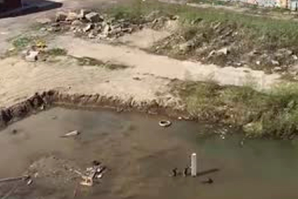 Российских детей в затопленном грязной водой котловане сняли на видео