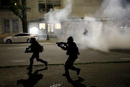 На протестах в США арестовали вооруженного винтовкой человека