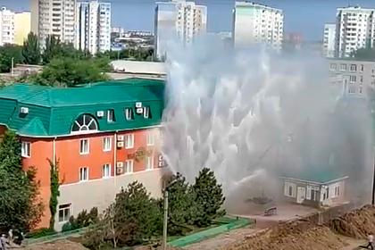 Аварийный фонтан в российском городе затопил целый район