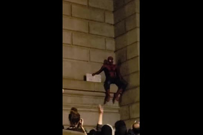 На акции протеста в Нью-Йорке объявился человек-паук