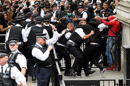 Протестующие в Лондоне осадили резиденцию премьера и подрались с полицией
