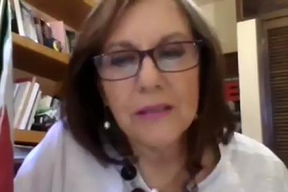 Политик забыла выключить камеру и показала голую грудь