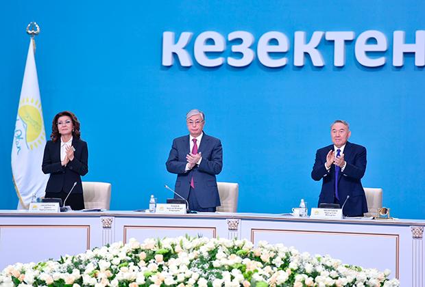 Экс-президент Казахстана Нурсултан Назарбаев (справа), президент Казахстана Касым-Жомарт Токаев и председатель парламента Казахстана Дарига Назарбаева на XIX внеочередном съезде партии «Нур Отан»