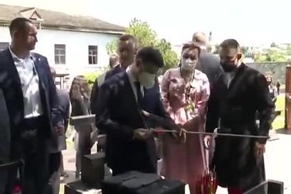 Пострелявшего из лука в «кабана» Зеленского высмеяли в сети