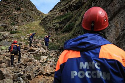 Москвичка зависла в скалах с парашютом и осталась там на сутки