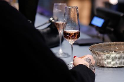 Долгожительница победила коронавирус и назвала шампанское лучшим лекарством