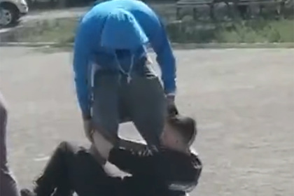 Полицейский поколотил россиянина дубинкой из-за маски и попал на видео