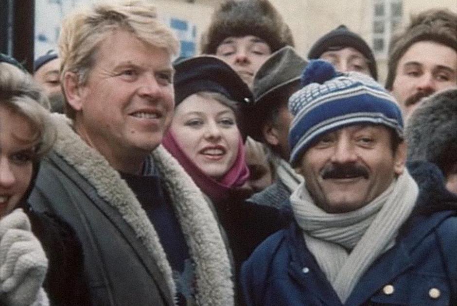С распадом СССР — и крахом советской киноиндустрии — Кокшенов с головой ушел в так называемое кооперативное кино: недорогое в производстве, незамысловатое по сюжетам, но на каком-то уровне довольно точно транслирующее всю парадоксальность эпохи перемен. Взялся Кокшенов и за режиссуру — в частности, начав карьеру постановщика комедией «Русский бизнес», посвященной специфической смекалке постсоветского человека, решающего зарабатывать на жаждущих русской охоты иностранцах. С помощью дрессированного медведя.