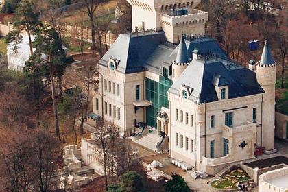 Галкину предложили перекрасить замок в черный цвет