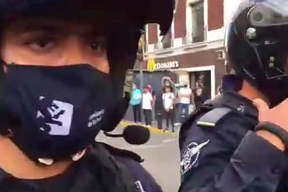 Поджог бунтующими мексиканцами полицейского попал на видео